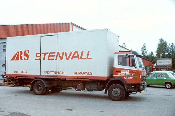Kuljetusliike R Stenvallilla on nyt ajoneuvoja noin 30 ja perävaunuja yli 70.